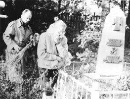 1991 р., Валентина Чорновіл і В'ячеслав Чорновіл на могилі батьків під час президентської кампанії на Черкащині
